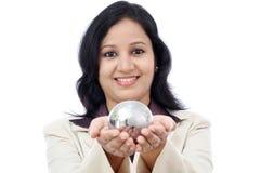Молодая бизнес-леди держа глобус головоломки Стоковые Фотографии RF