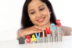 Молодая бизнес-леди держа ключ формы дома Стоковая Фотография