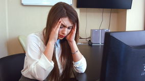 Молодая бизнес-леди имеет головную боль от работы на компьютере видеоматериал
