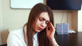 Молодая бизнес-леди имеет головную боль от работы на компьютере сток-видео