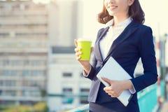 Молодая бизнес-леди используя таблетку в улице с бушелем офиса Стоковое Изображение RF