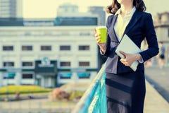 Молодая бизнес-леди используя таблетку в улице с бушелем офиса Стоковые Изображения