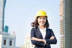 Молодая бизнес-леди используя таблетку в улице с бушелем офиса Стоковая Фотография