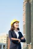 Молодая бизнес-леди используя таблетку в улице с бушелем офиса Стоковые Фото