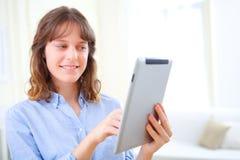 Молодая бизнес-леди используя таблетку Стоковые Фотографии RF