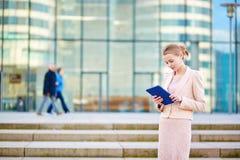 Молодая бизнес-леди используя таблетку Стоковые Изображения