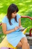 Молодая бизнес-леди используя таблетку Стоковое Фото