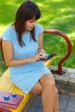 Молодая бизнес-леди используя таблетку Стоковое Изображение