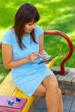 Молодая бизнес-леди используя таблетку Стоковая Фотография RF