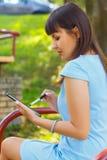 Молодая бизнес-леди используя таблетку Стоковые Изображения RF