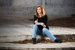 Молодая бизнес-леди моды используя планшет Стоковые Изображения RF