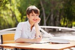 Молодая бизнес-леди моды работая на кафе тротуара стоковые изображения rf