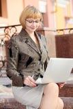 Молодая бизнес-леди напольная стоковое изображение rf