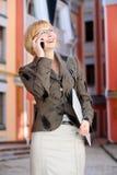 Молодая бизнес-леди напольная стоковая фотография