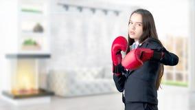 Молодая бизнес-леди над внутренней предпосылкой Стоковые Изображения RF