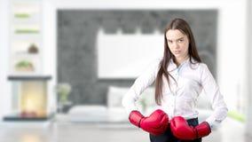 Молодая бизнес-леди над внутренней предпосылкой Стоковая Фотография