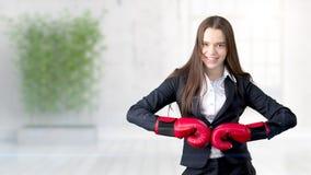 Молодая бизнес-леди над внутренней предпосылкой Стоковое Изображение