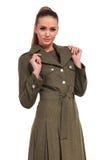 Молодая бизнес-леди нося элегантное длинное пальто Стоковое фото RF