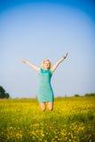 Молодая бизнес-леди празднуя ее успех снаружи после крепко Стоковая Фотография