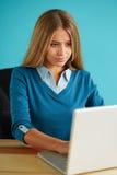 Молодая бизнес-леди работая в офисе Стоковая Фотография