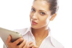 Молодая бизнес-леди работая на таблетке Стоковое Изображение