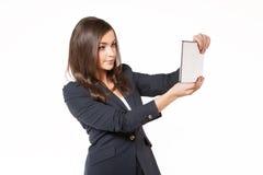 Молодая бизнес-леди работая на таблетке Стоковое Фото