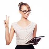 Молодая бизнес-леди работая на таблетке Стоковое Изображение RF