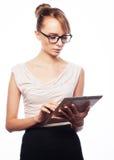 Молодая бизнес-леди работая на таблетке Стоковые Изображения