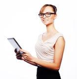 Молодая бизнес-леди работая на таблетке Стоковые Фото
