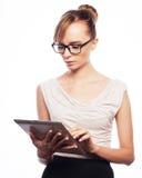 Молодая бизнес-леди работая на таблетке Стоковая Фотография RF