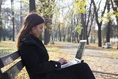 Молодая бизнес-леди с компьтер-книжкой Стоковое фото RF
