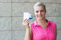 Молодая бизнес-леди с кредитными карточками стоковое фото rf