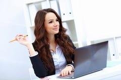 Молодая бизнес-леди с тетрадью стоковое изображение