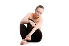 Молодая боль чувства спортсменки в ноге стоковая фотография