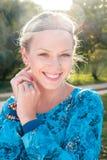 Молодая блондинка в парке Стоковое Фото