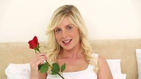Молодая блондинка пахнуть розой видеоматериал