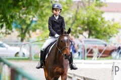 Молодая верховая лошадь девочка-подростка на dressage Стоковое Изображение