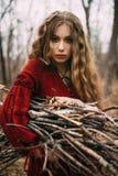 Молодая ведьма в лесе осени Стоковые Изображения RF