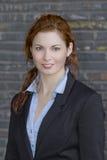 Молодая взрослая бизнес-леди в черном костюме Стоковая Фотография