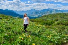 Молодая взрослая женщина в высокогорных лугах Стоковые Изображения