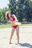 Молодая взрослая женщина играя теннис на пляже стоковые фото