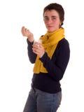 Молодая взрослая женщина с короткими волосами, желтым шарфом, голубыми джинсами на белой предпосылке в различных представлениях,  Стоковое фото RF