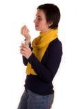 Молодая взрослая женщина с короткими волосами, желтым шарфом, голубыми джинсами на белой предпосылке в различных представлениях,  Стоковые Изображения RF