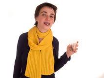 Молодая взрослая женщина с короткими волосами, желтым шарфом, голубыми джинсами на белой предпосылке в различных представлениях,  Стоковое Изображение