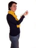 Молодая взрослая женщина с короткими волосами, желтым шарфом, голубыми джинсами на белой предпосылке в различных представлениях,  Стоковые Фото