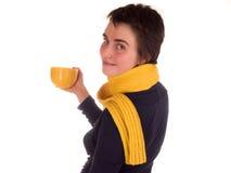 Молодая взрослая женщина с короткими волосами, желтым шарфом, на белой предпосылке в различных представлениях, и различных выраже Стоковое Изображение RF