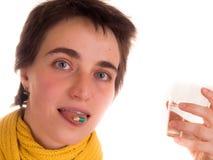 Молодая взрослая женщина с короткими волосами, на белой предпосылке в различных представлениях, и различные выражения лица Не изо Стоковые Фотографии RF
