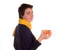 Молодая взрослая женщина с красным верхом коротких волос, желтым шарфом, на белой предпосылке в различных представлениях, и разли Стоковые Изображения