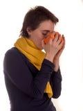 Молодая взрослая женщина с красным верхом коротких волос, желтым шарфом, на белой предпосылке в различных представлениях, и разли Стоковое Изображение RF