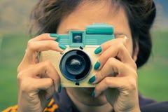 Молодая взрослая женщина с ретро камерой Стоковые Изображения